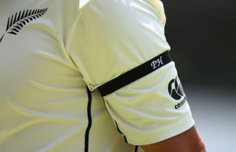 Phillip-Hughes-by-wearing-a-black-arm-band