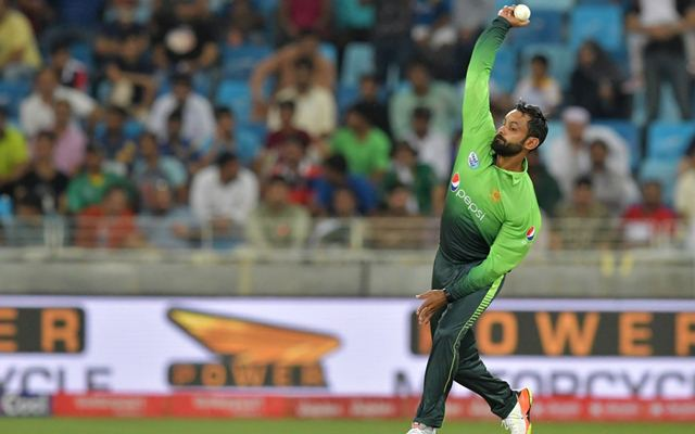 Hafeez should give up bowling after third suspension - Akram