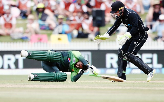 Pakistan's top order crumbles as Black Caps star bowlers step up